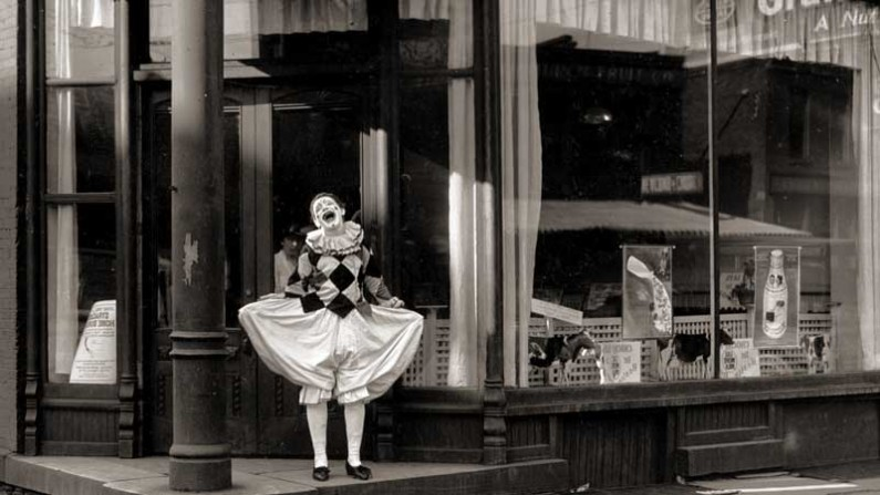 clown-in-storefront